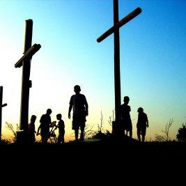 jovens aos pés da cruz