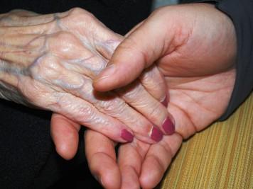 mão velha e jovem